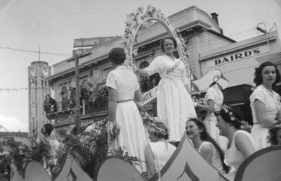 Commerce Queen float, Blossom Week procession