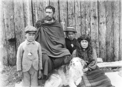 A group portrait of tāne, wāhine and two tamariki