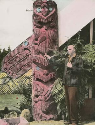 Māori carving, Spa Hotel, Taupo