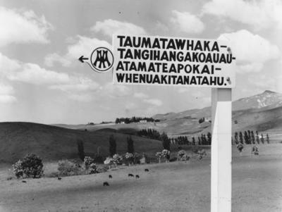 Signpost to Taumatawhakatangihangakoauauatamateapokaiwhenuakitanatahu